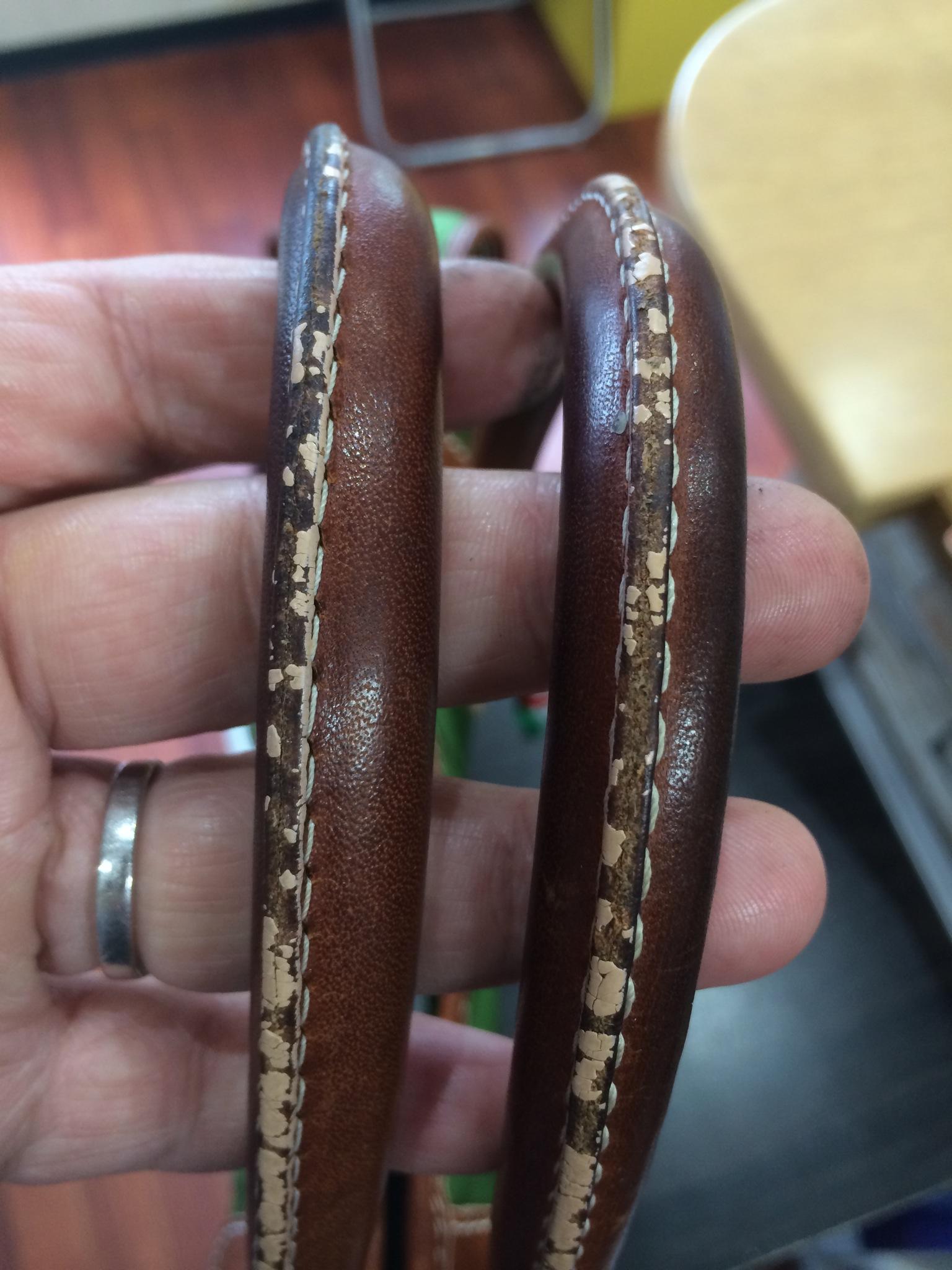 今回はオロビアンコ 持ち手 コバ再生修理です。